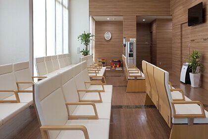 八代市「くはら内科」の待合室の画像